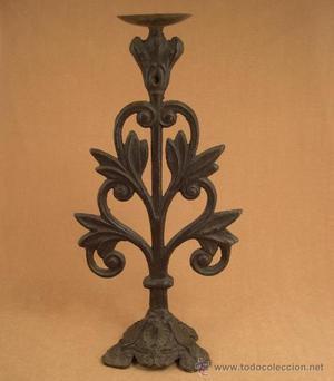 Antiguo balaustre hecho candelabro en hierro fundido.