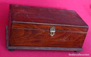 Caja de madera con departamentos interiores. Ver imagenes.
