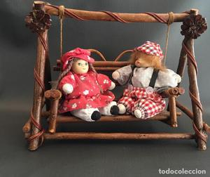 Columpio de madera con niños de porcelana