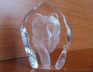 Elegante pisapapeles en cristal prensado con león en