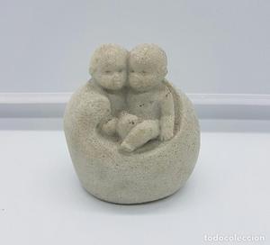 Escultura Belga de piedra, Bebés sobre sillón modernista