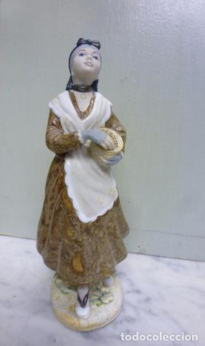 Figura de cerámica, porcelana, niña valenciana. PAl