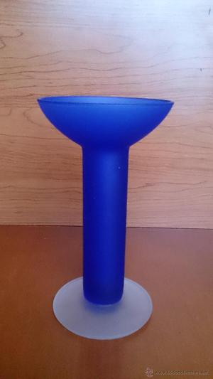 Florero en cristal azul añil ahumado con base traslucida.