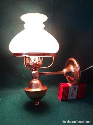 LAMPARA APLIQUE QUINQUE. VINTAGE. DE LATON Y OPALINA. CON