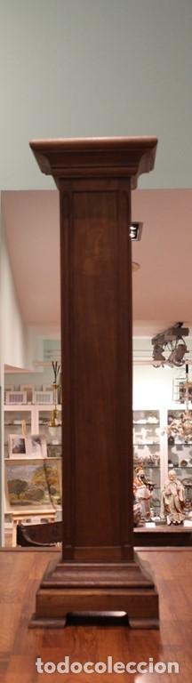 Peana de madera. Dimensiones 120 x 31 x 31 cm.