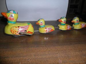 Antigua familia de patos (madre con 3 pollos) de hojalata