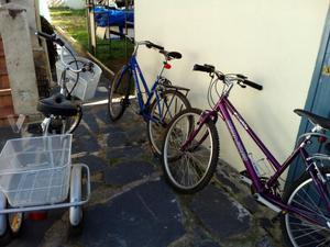 dos bicicletas y un triciclo con motor electrico