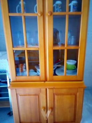 Armario de cocina con vitrinas.