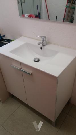 Lavabo con mueble blanco y grifo Roca