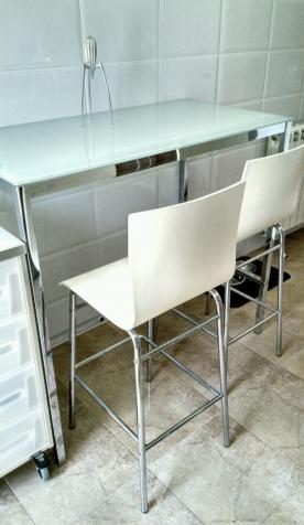 Mesa alta cocina acero y vidrio + sillas a juego