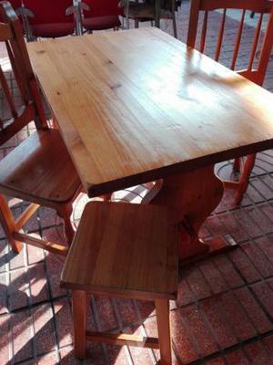 Mesa de cocina con dos sillas y dos taburetes