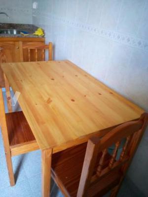 Mesa de cocina y 3 sillas.