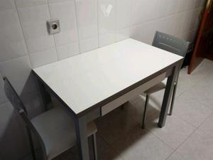 Mesa y 4 sillas de cocina.