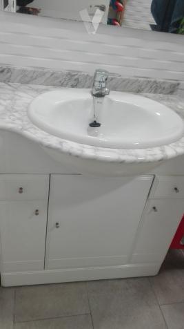 lavabo blanco con mueble grifo y espejo