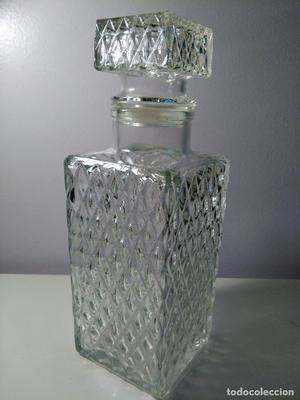 Botella de licor. cristal rectangular. con tapa.