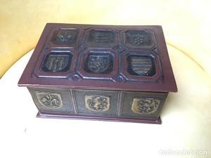Caja con escudos en cuero repujado o simil