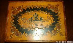 Caja de madera con marquetería