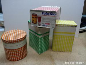 Cuatro latas de Cola Cao antiguas.