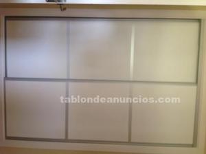 Puerta de armarios en color madera blanco con perfiles de