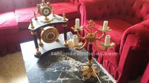 Reloj de bronce y candelabros