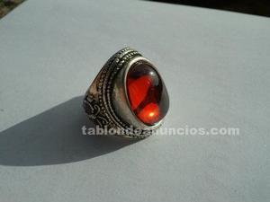 Antigua sortija de plata tibetana con circón rojo y
