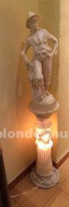 Columna de mármol con luz