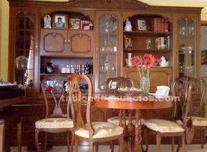 Librería estilo y mesa-comedor redonda con sillas