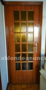 Puerta de madera y vidrio
