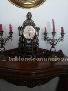 Reloj y dos candelabros