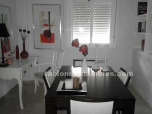 Conjunto de mesa y cuatro sillas de madera