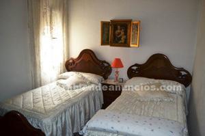 Dos camas individuales de madera antiguas