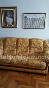 Dos sofás y una mesa de centro