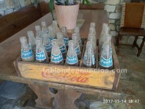 Caja de cocacola y botellas antiguas.