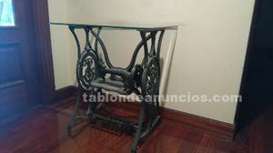 Mesa de cristal con maquina de coser antigua