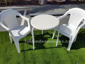 Se venden sillas plásticas y mesas
