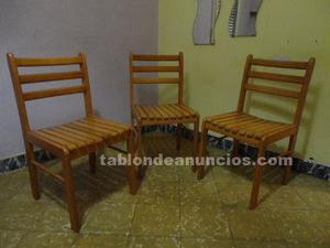 Tres sillas de madera y dos sillas blancas