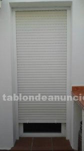 Puerta de aluminio lacada en blanco con persiana
