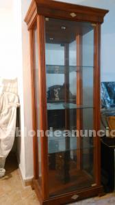Se vende vitrina de madera y cristal