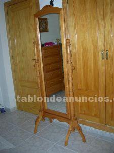Vendo espejo de madera maciza, con torneado de patas. Color