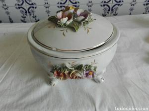 Antiguo centro de mesa con flores