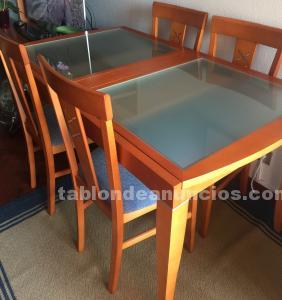Mesa y cuatro sillas salón