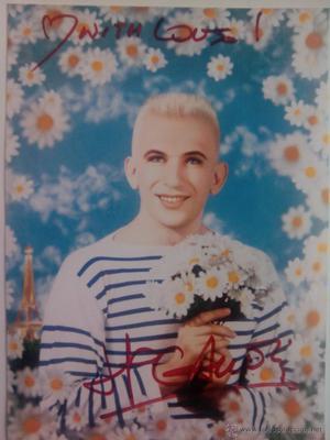Jean Paul Gaultier autografo no impreso en foto 20 x 12