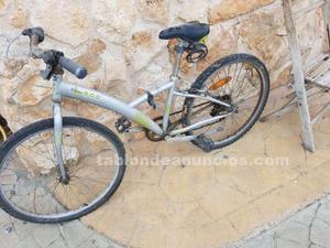 Dos bicicletas de montaña y una de carretera