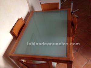Mesa, sillas, vitrina y mueble tv