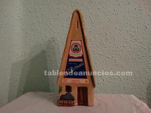 Botella vacía de licor en forma de barraca valenciana