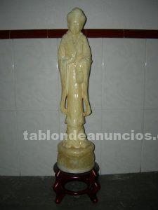 Vendo figura de marmol de mujer oriental con pie de madera.