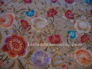 Mantón de manila bordado en colores