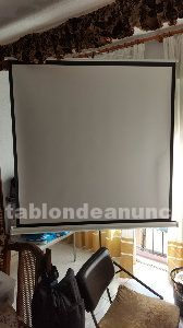 Proyector, pantalla con tripode, amplificador y altavoces