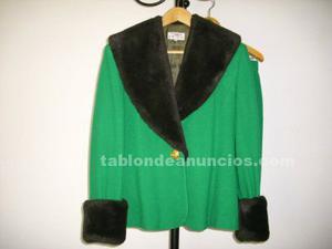 Traje de chaqueta verde de lana con falda