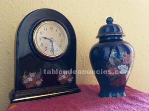 Reloj sobremesa y jarrón